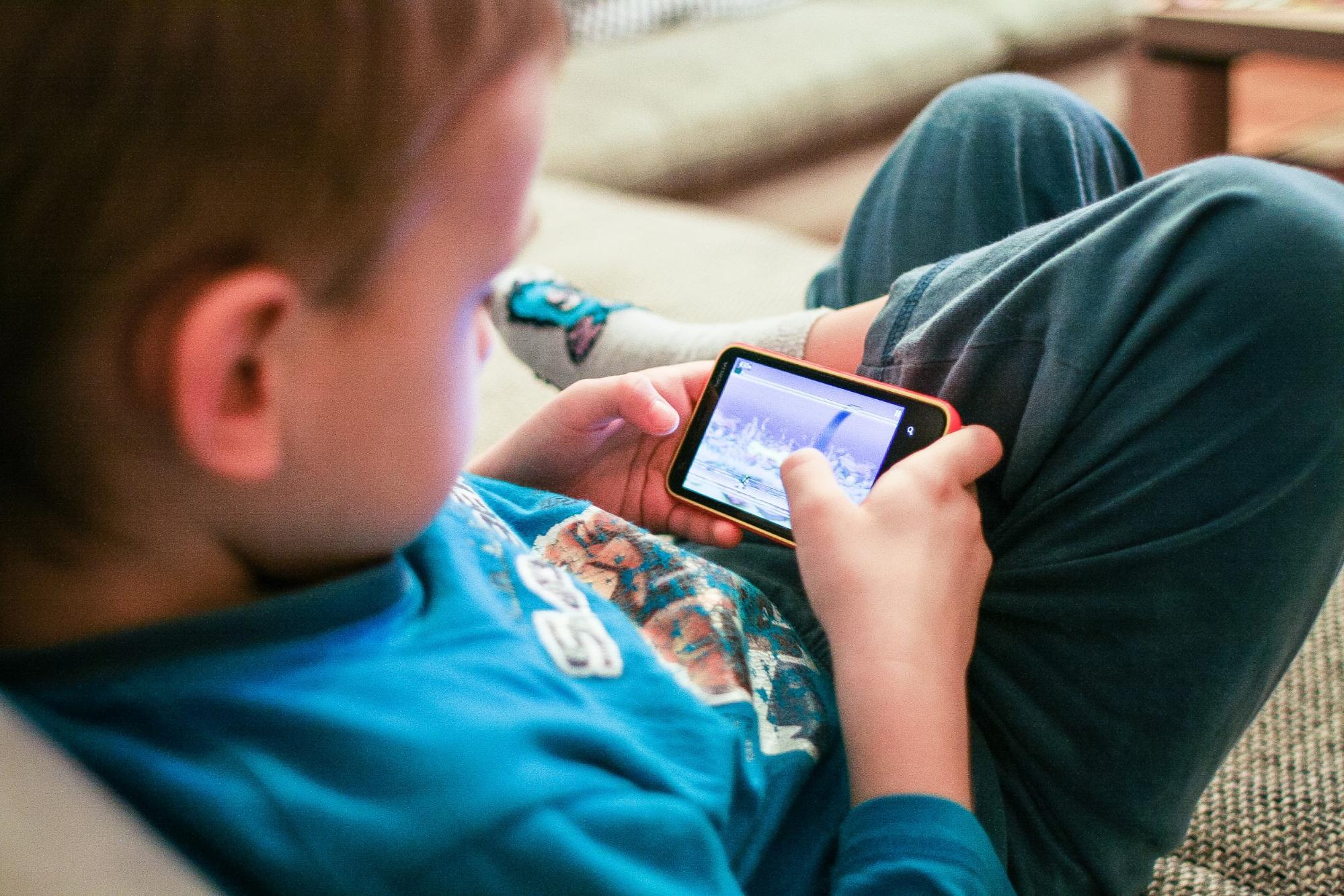 Limit screentime boy on smartphone